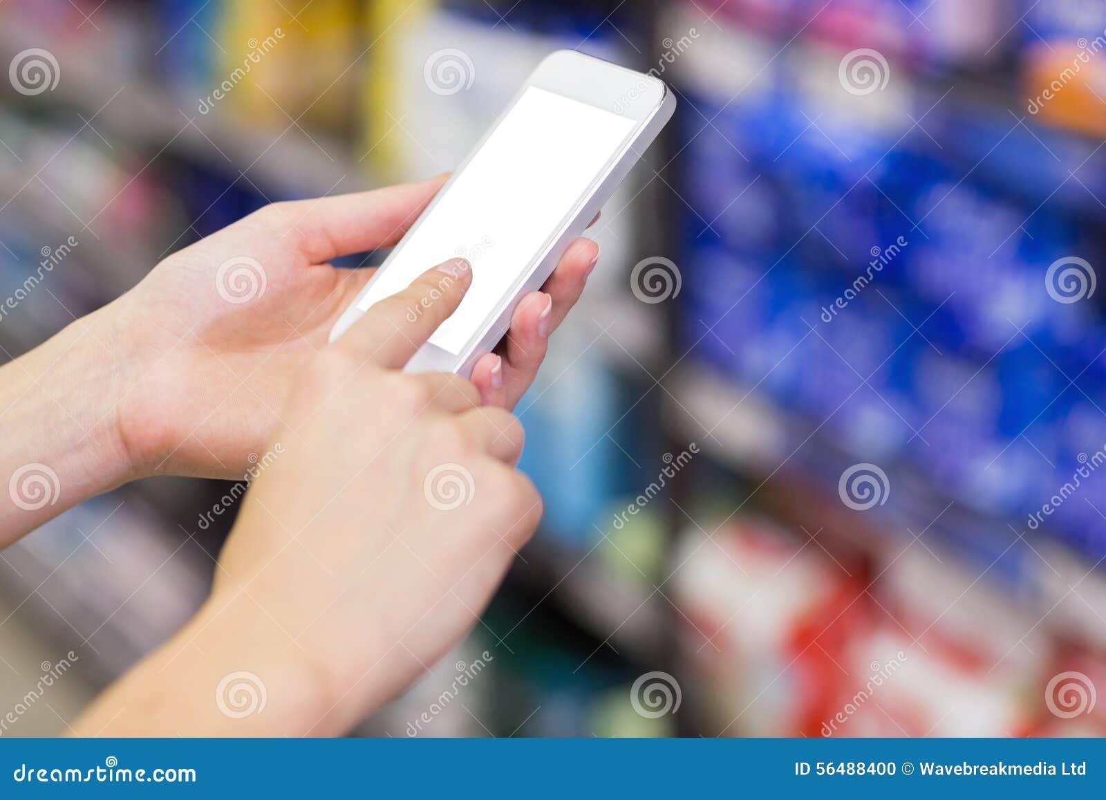 Jolie femme à l aide de son smartphone