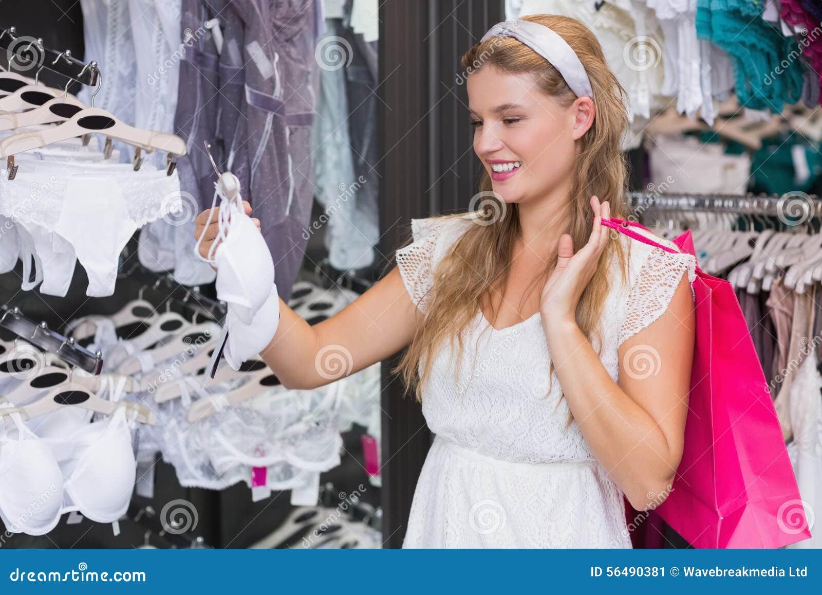 Jolie femme achetant la lingerie sexy