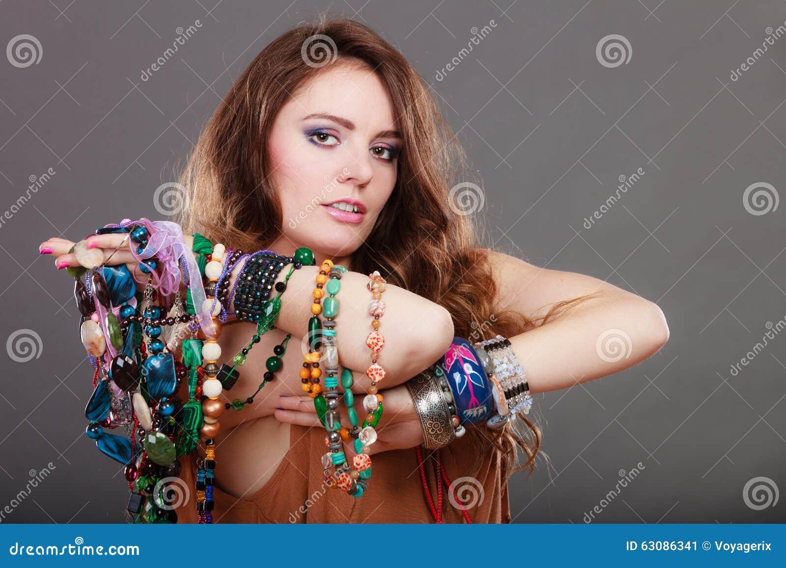 Download Jolie Femme Avec Des Bracelets D'anneau De Colliers De Bijoux Image stock - Image du collier, mode: 63086341