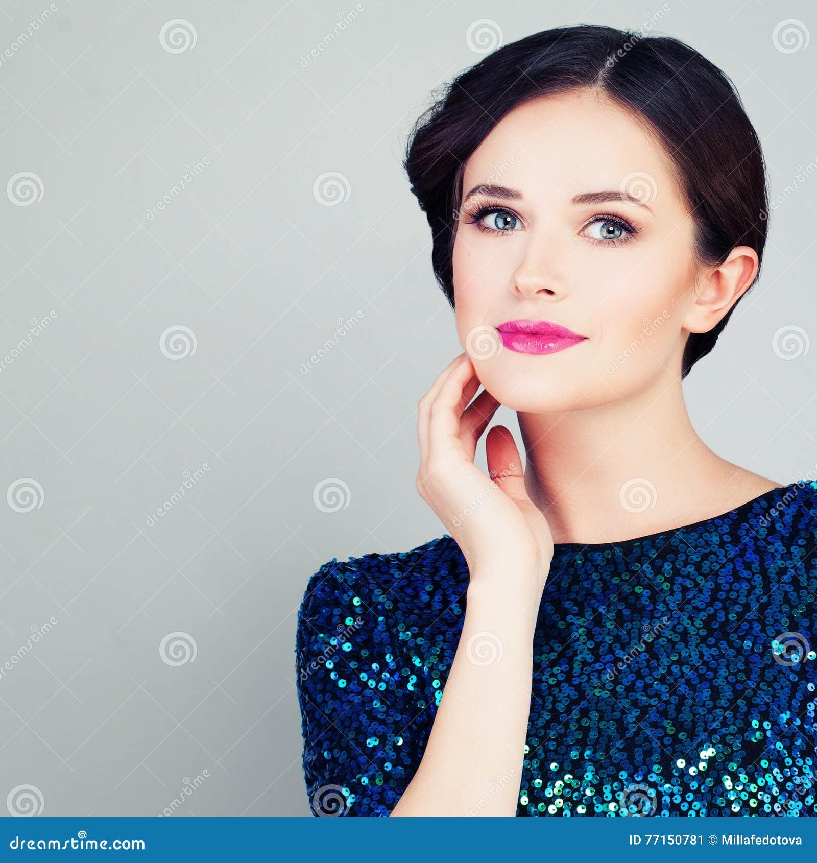 Jolie femme avec la peau claire et le maquillage
