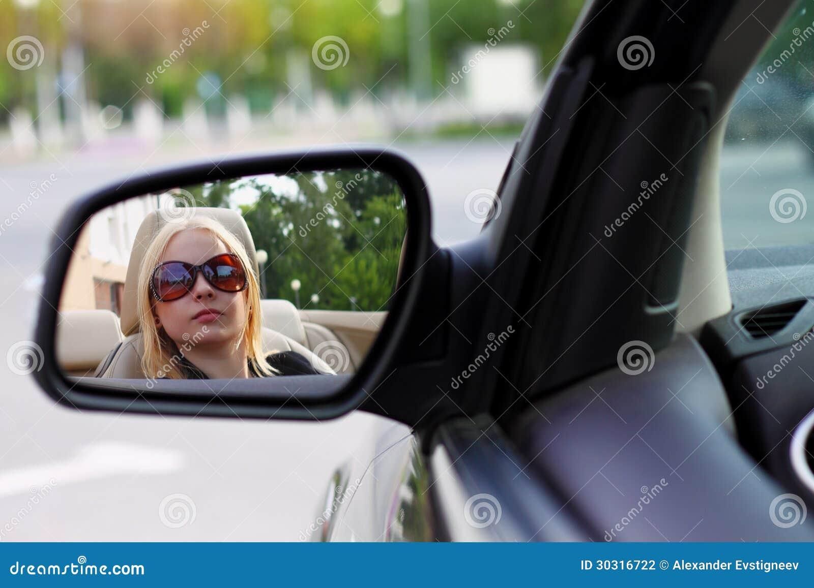 b37a27d746 Jolie femme conduisant sa voiture de sport de convertible avec ses lunettes  de soleil.
