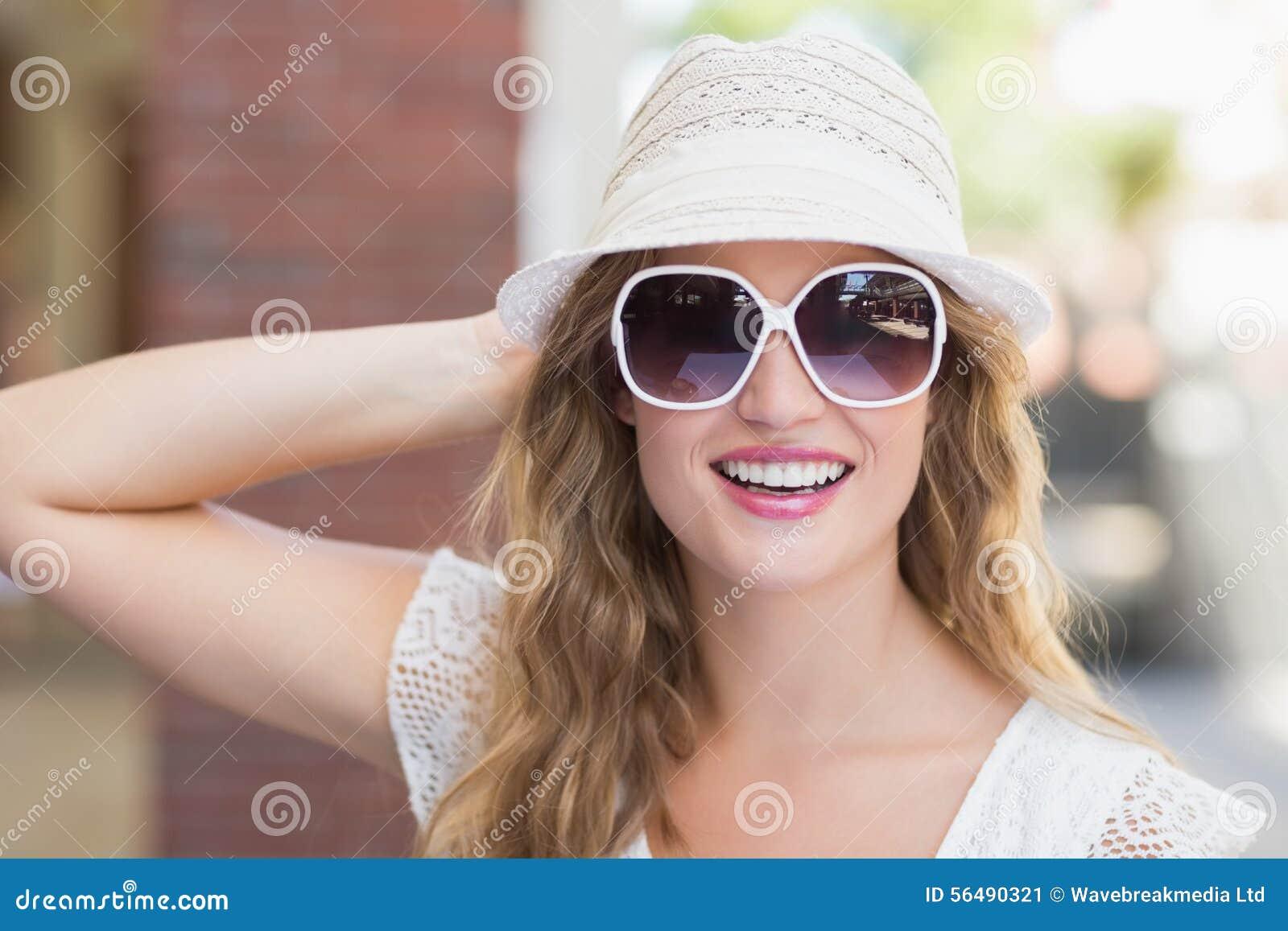 Jolie femme de hippie appréciant le soleil