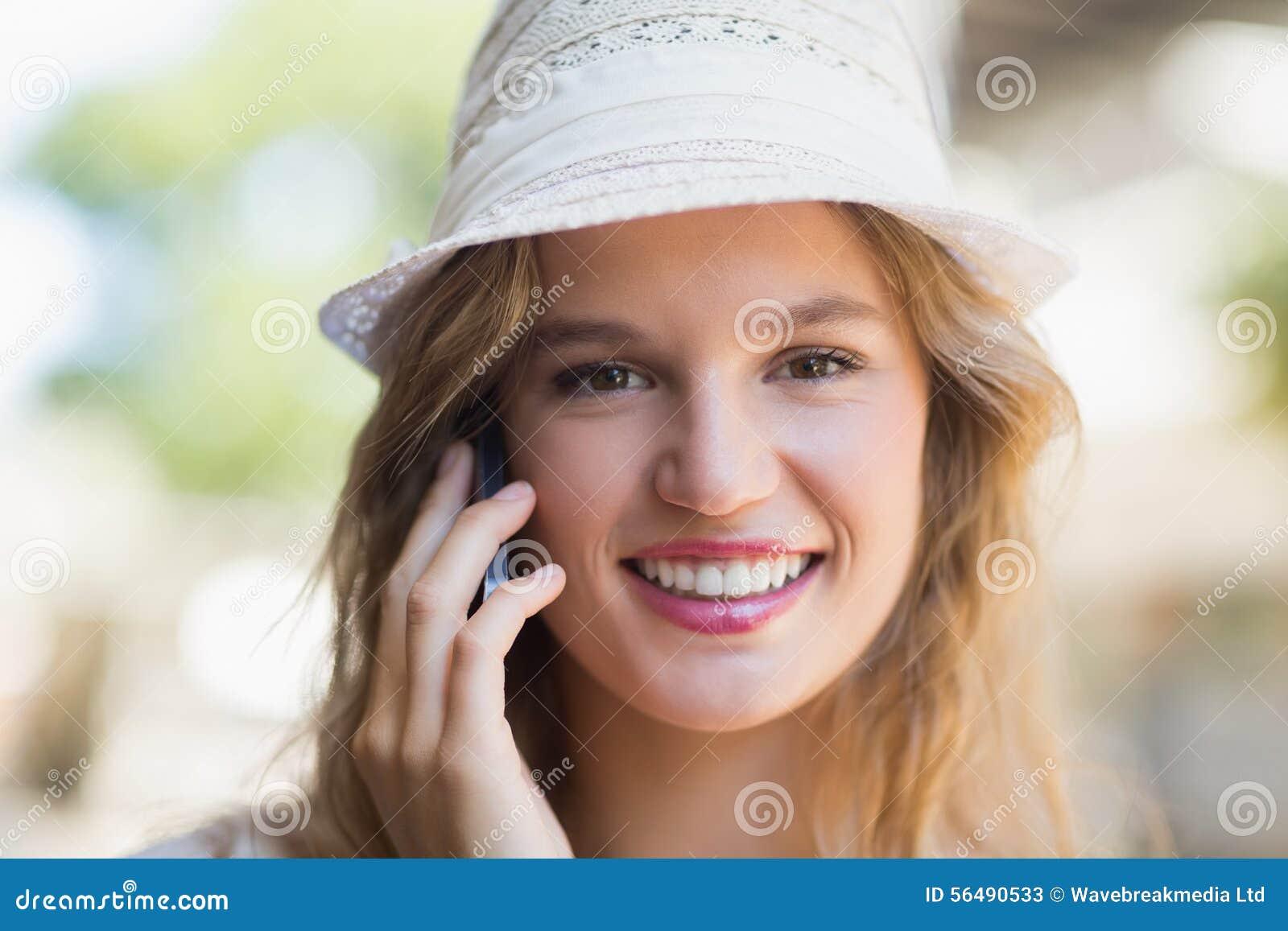 Jolie femme de sourire au téléphone
