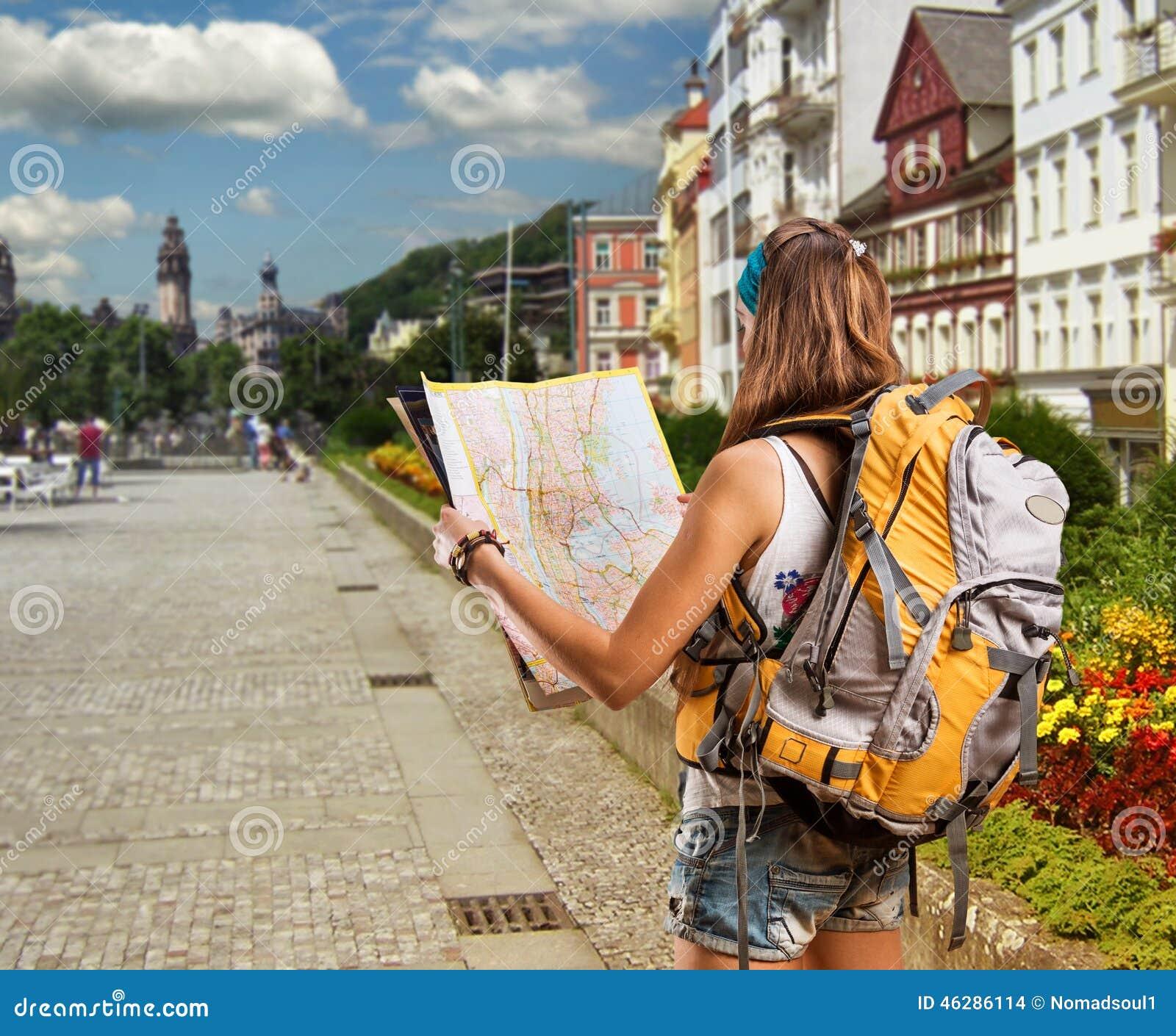 jolie femme de voyageur avec le sac dos dans une ville photo stock image 46286114. Black Bedroom Furniture Sets. Home Design Ideas