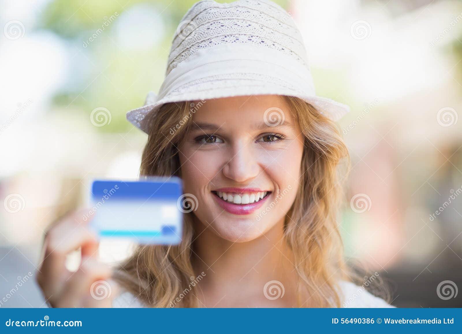 Jolie femme montrant une carte de crédit