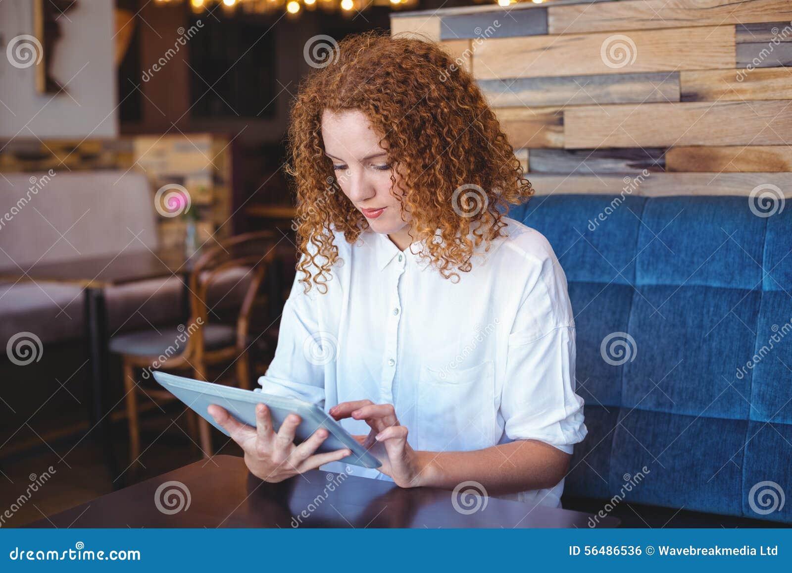 Jolie fille à l aide d un petit comprimé à la table