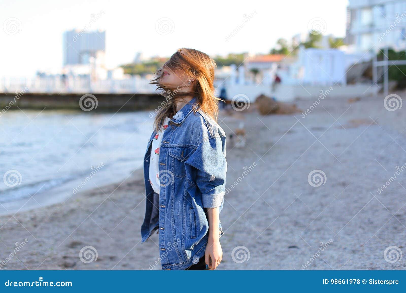 La Jolie Fille De L Air jolie fille appréciant l'air marin, supports sur le bord de