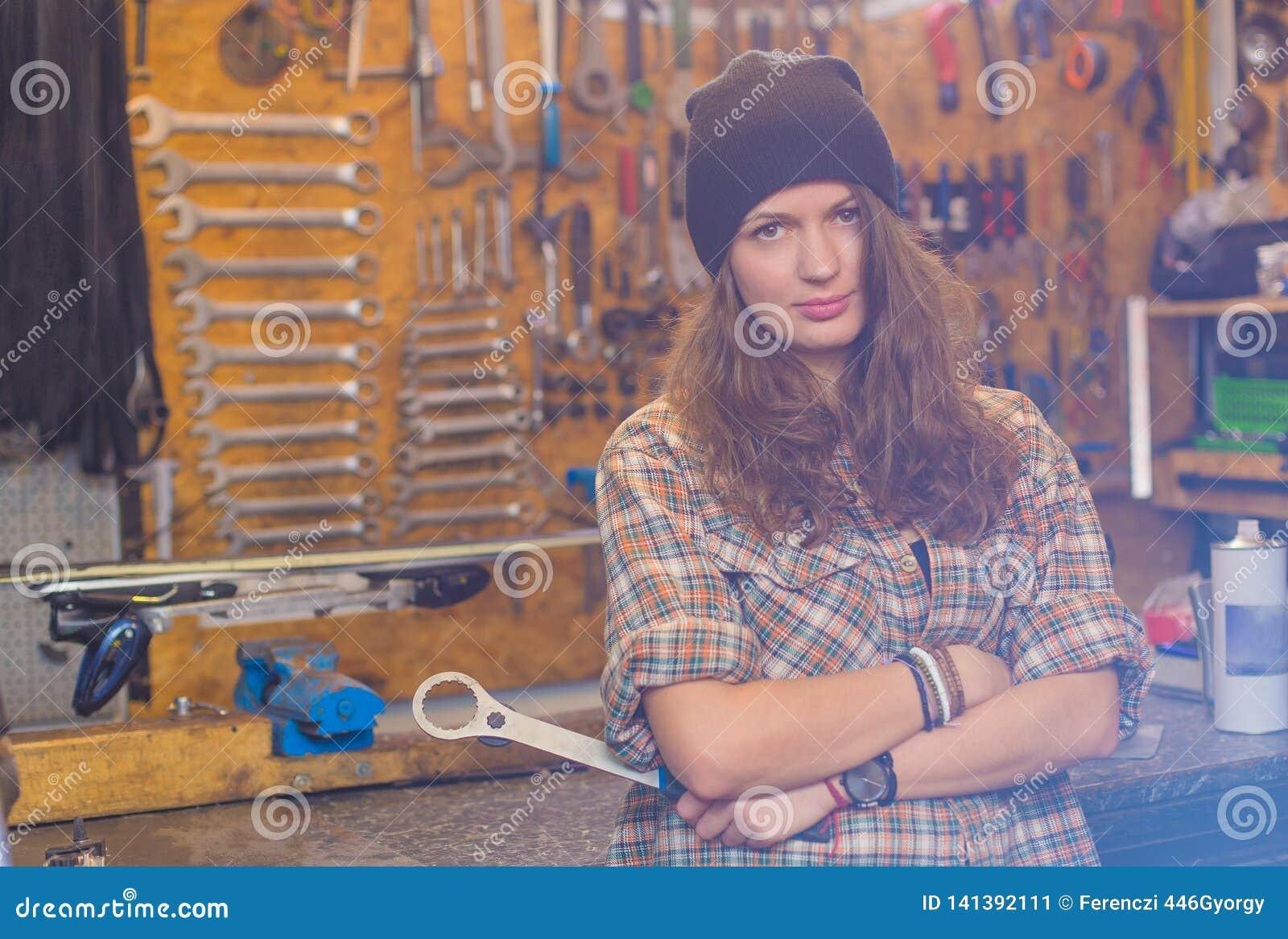 Jolie fille dans l atelier avec un outil