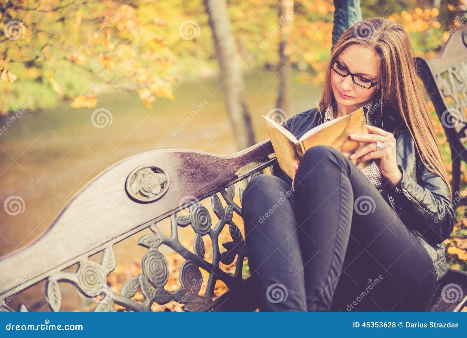 Jolie fille dans la lecture de chute