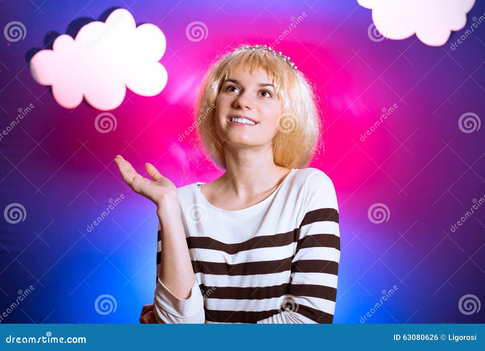 Download Jolie Fille Dans La Perruque Sur L'écran Coloré Avec Des Nuages Photo stock - Image du dame, joyeux: 63080626