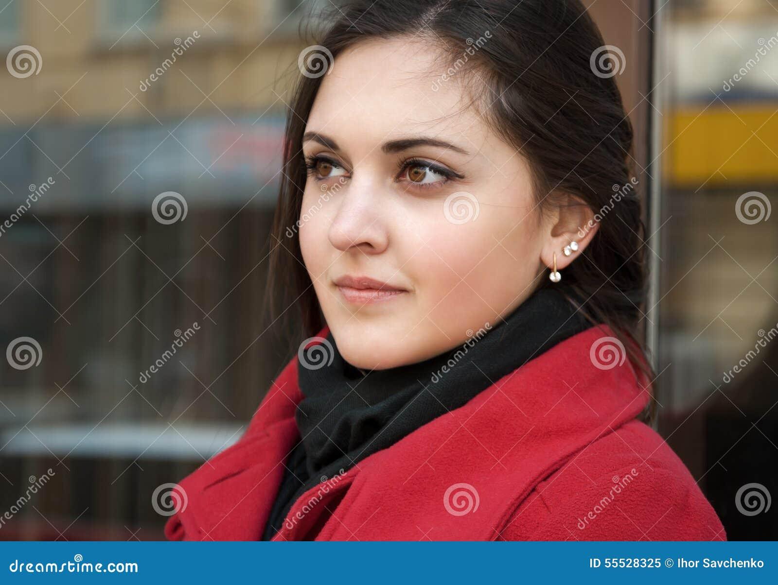 Jolie fille dans le manteau rouge et son regard expressif
