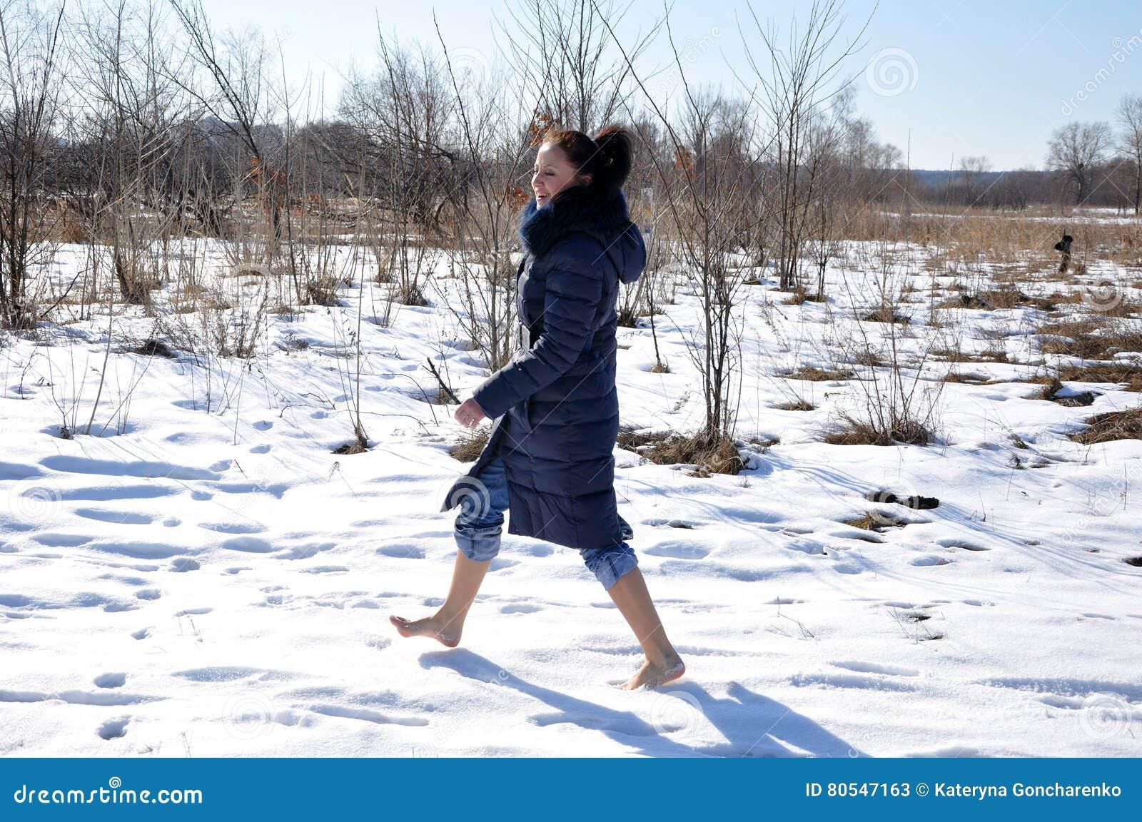 jolie fille marchant nu pieds sur la neige image stock image du pieds mignon 80547163. Black Bedroom Furniture Sets. Home Design Ideas