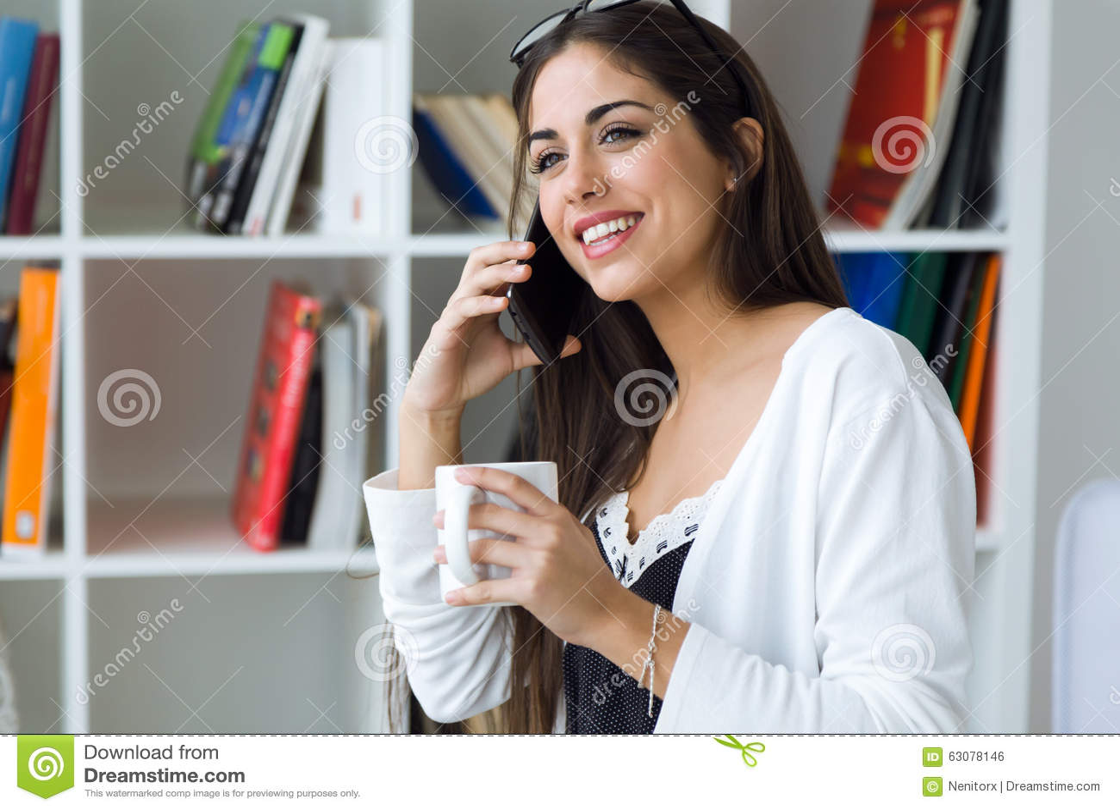 Download Jolie Jeune Femme à L'aide De Son Téléphone Portable Dans Le Bureau Photo stock - Image du téléphone, adulte: 63078146