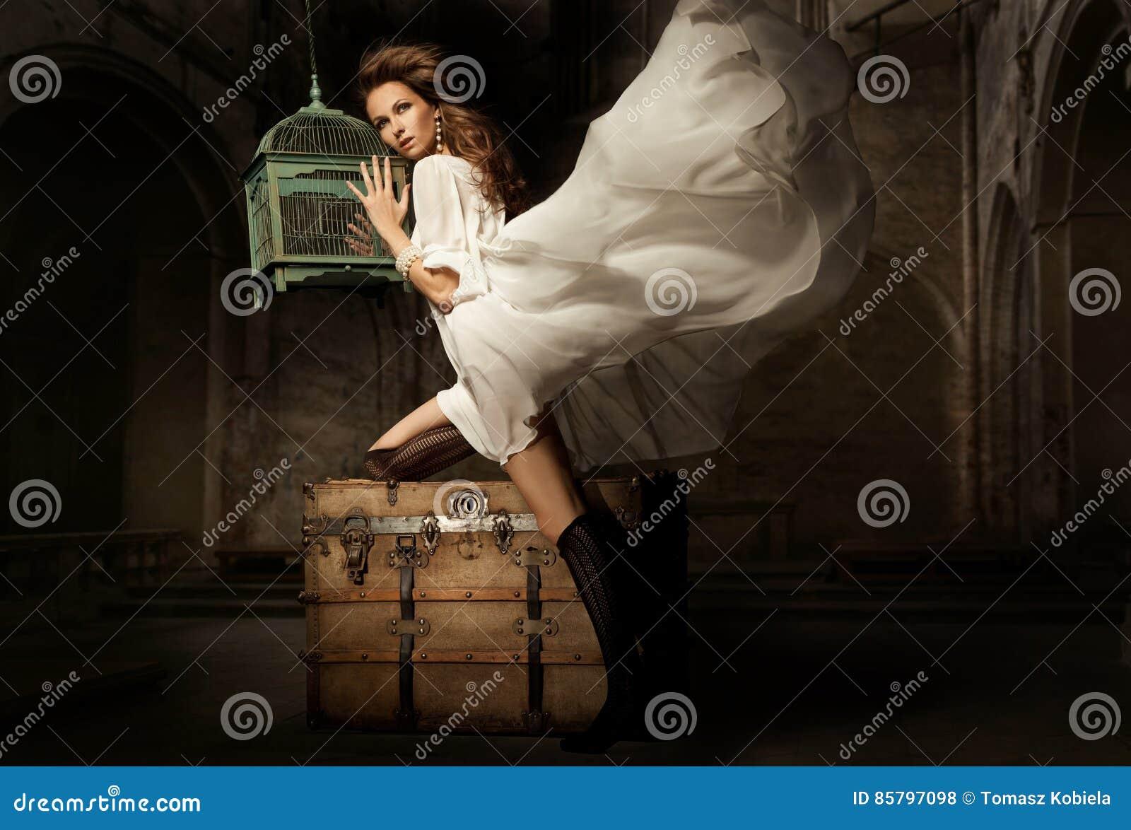 Jolie jeune femme avec la cage