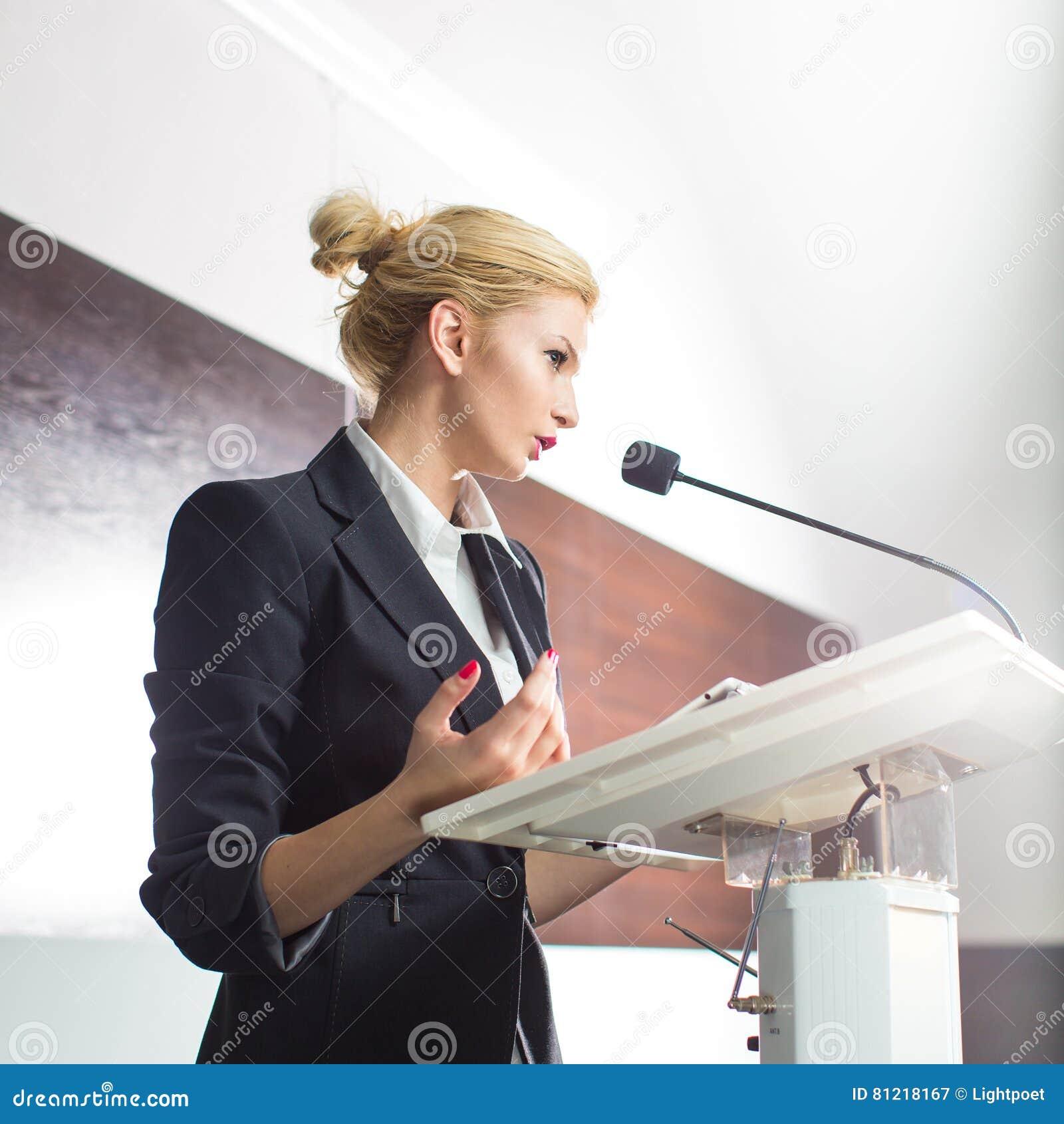 Jolie, jeune femme d affaires présentant un exposé