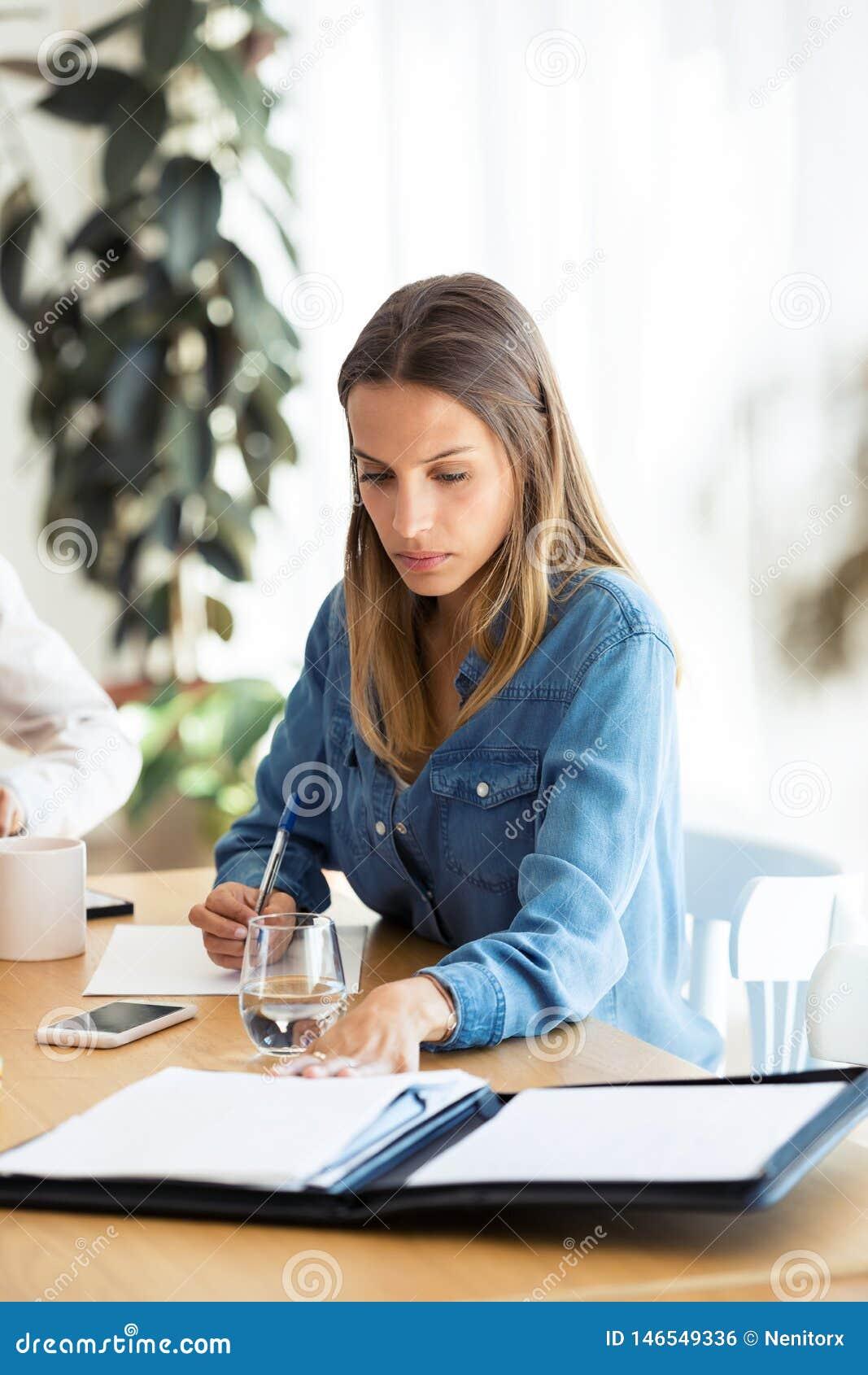 Jolie jeune femme d affaires travaillant sur ses nouvelles idées dans le bureau