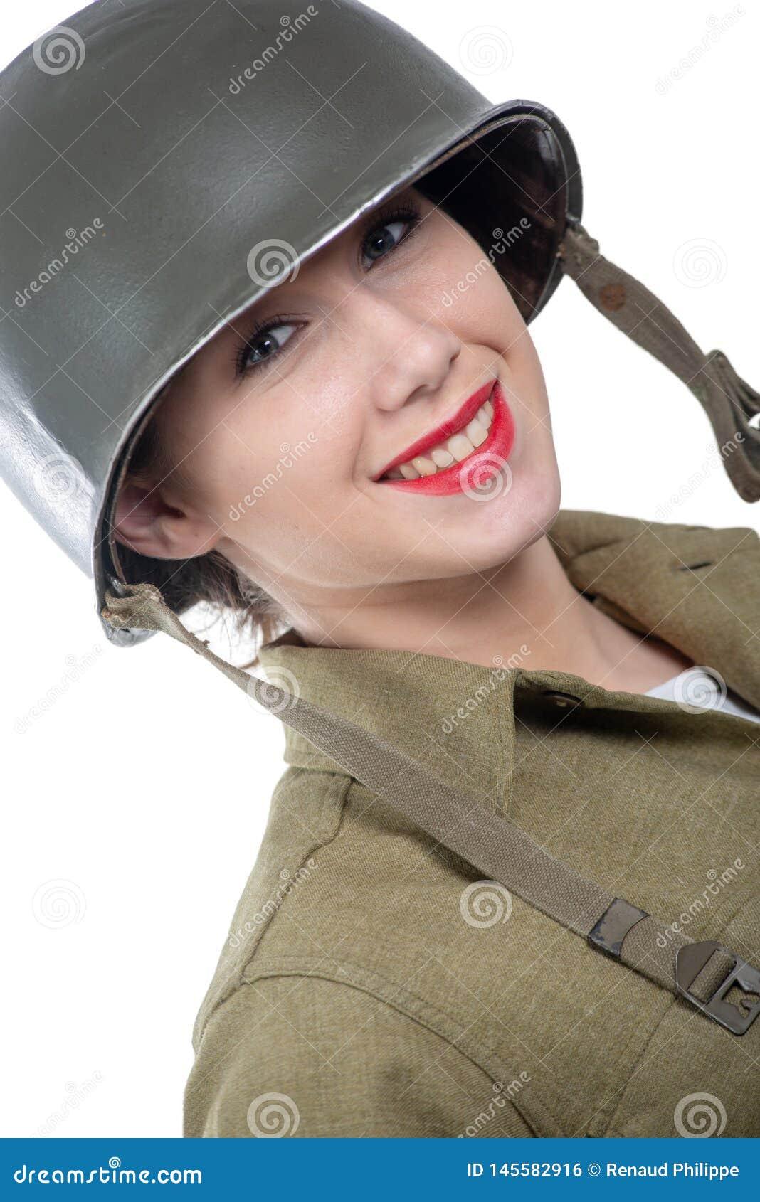 Jolie jeune femme habill?e dans l uniforme militaire de l Am?ricain ww2 avec le casque M1