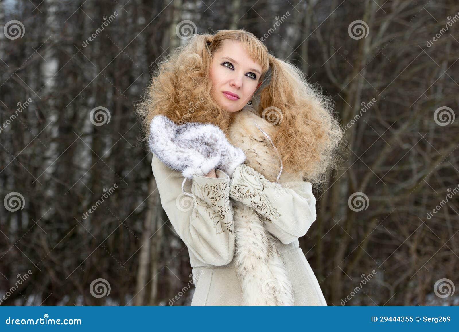 Jolie jeune femme rêveuse dans une forêt de l hiver