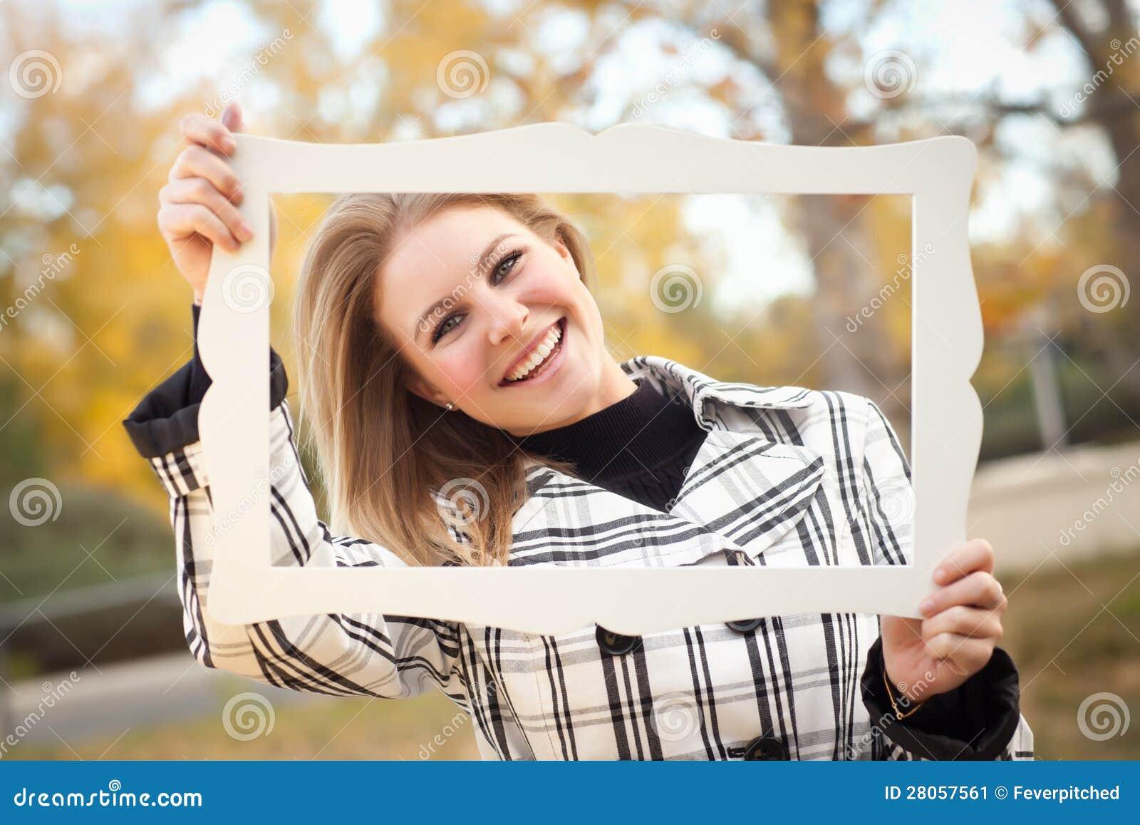 jolie jeune femme souriant en parc avec le cadre de tableau image stock image du femelle. Black Bedroom Furniture Sets. Home Design Ideas
