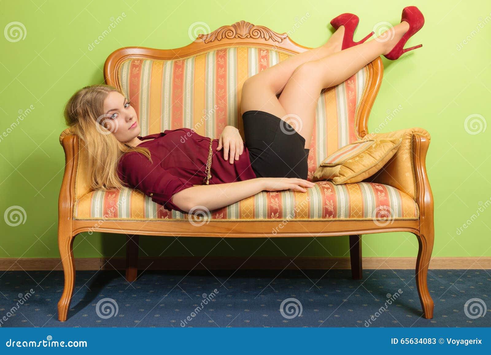 Jolie jeune femme sur le sofa de vintage Mode