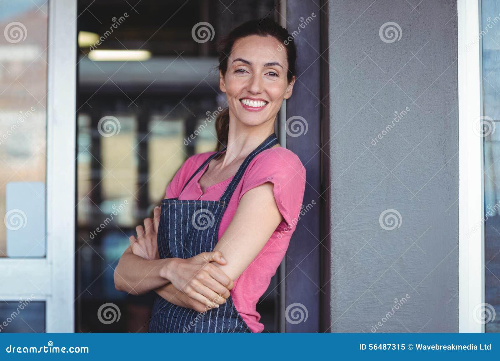 Jolie serveuse se penchant sur le mur