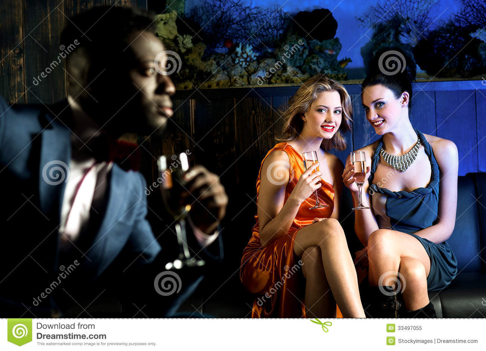 Jolies filles regardant fixement le jeune homme beau