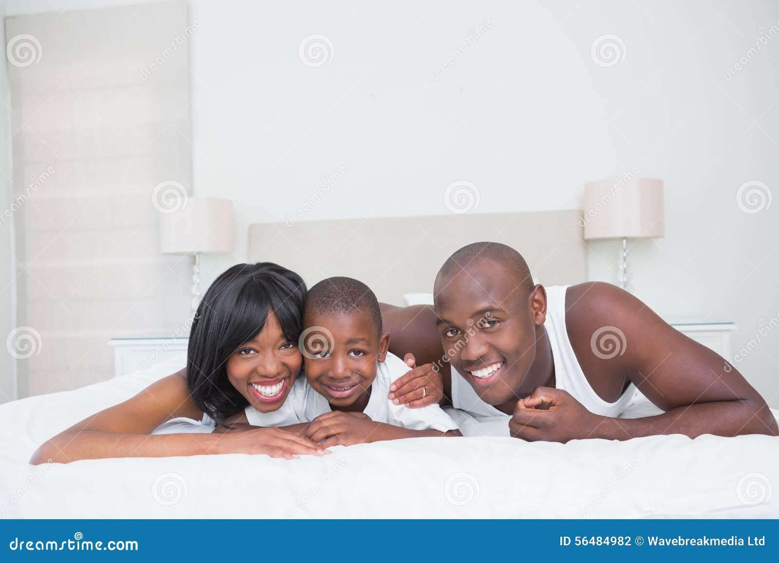 Jolis ajouter à son fils dans le lit ensemble