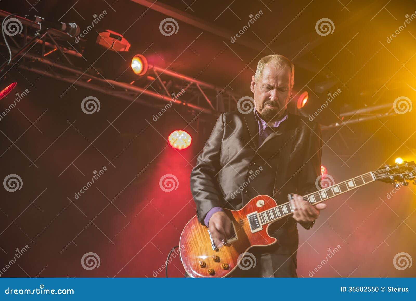 Jon Nichols joue la guitare