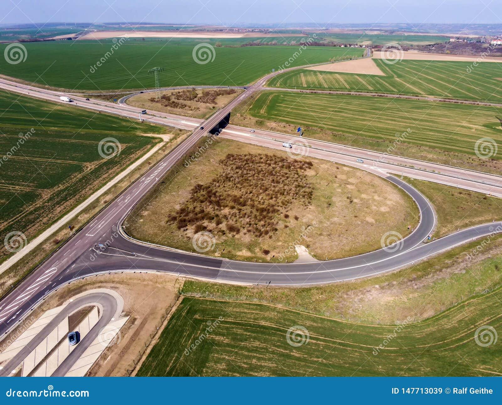 Jonction d autoroute avec le pont en route comme passage supérieur dans la zone rurale