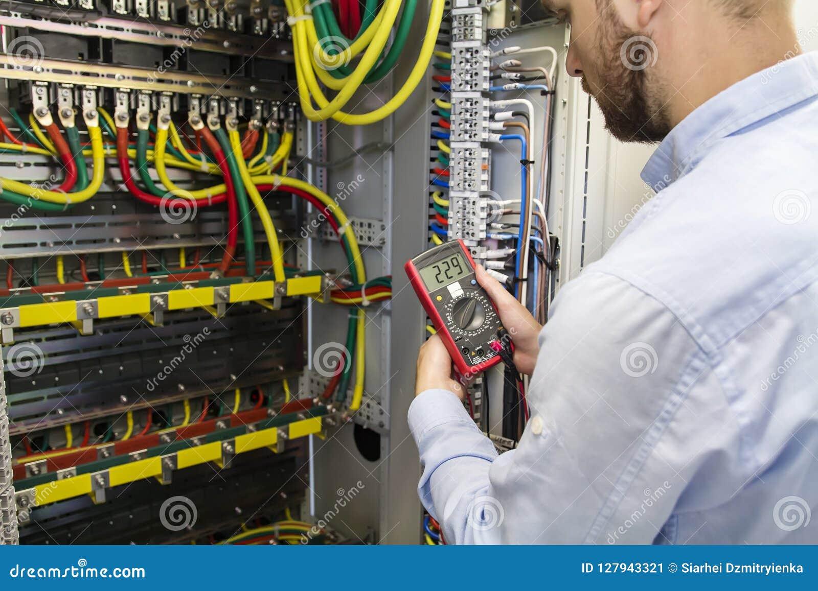 Jonction de câble d essai d ingénieur d électricien de ligne électrique de puissance à haute tension dans le panneau industriel d