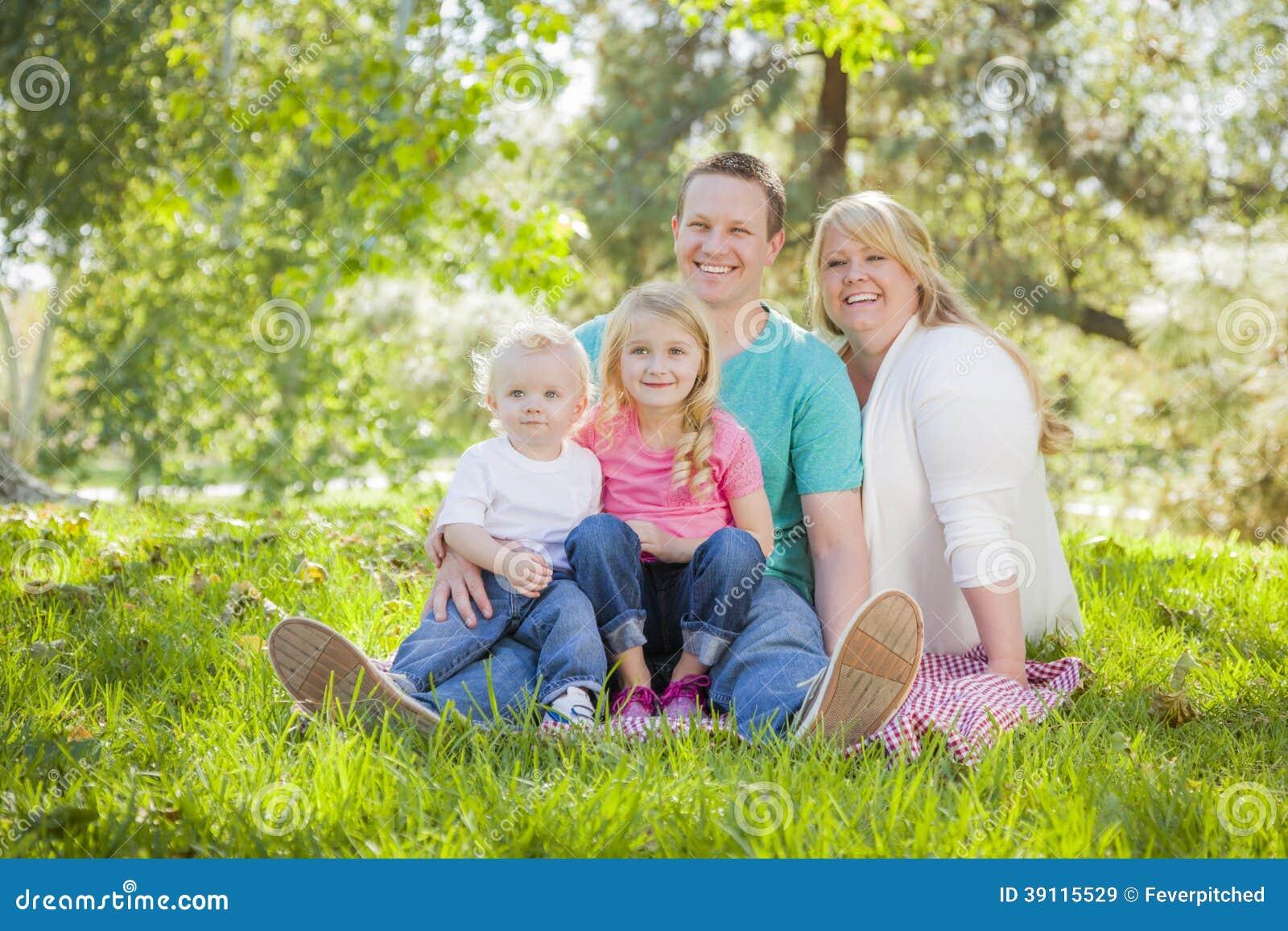 Jong Aantrekkelijk Familieportret in het Park