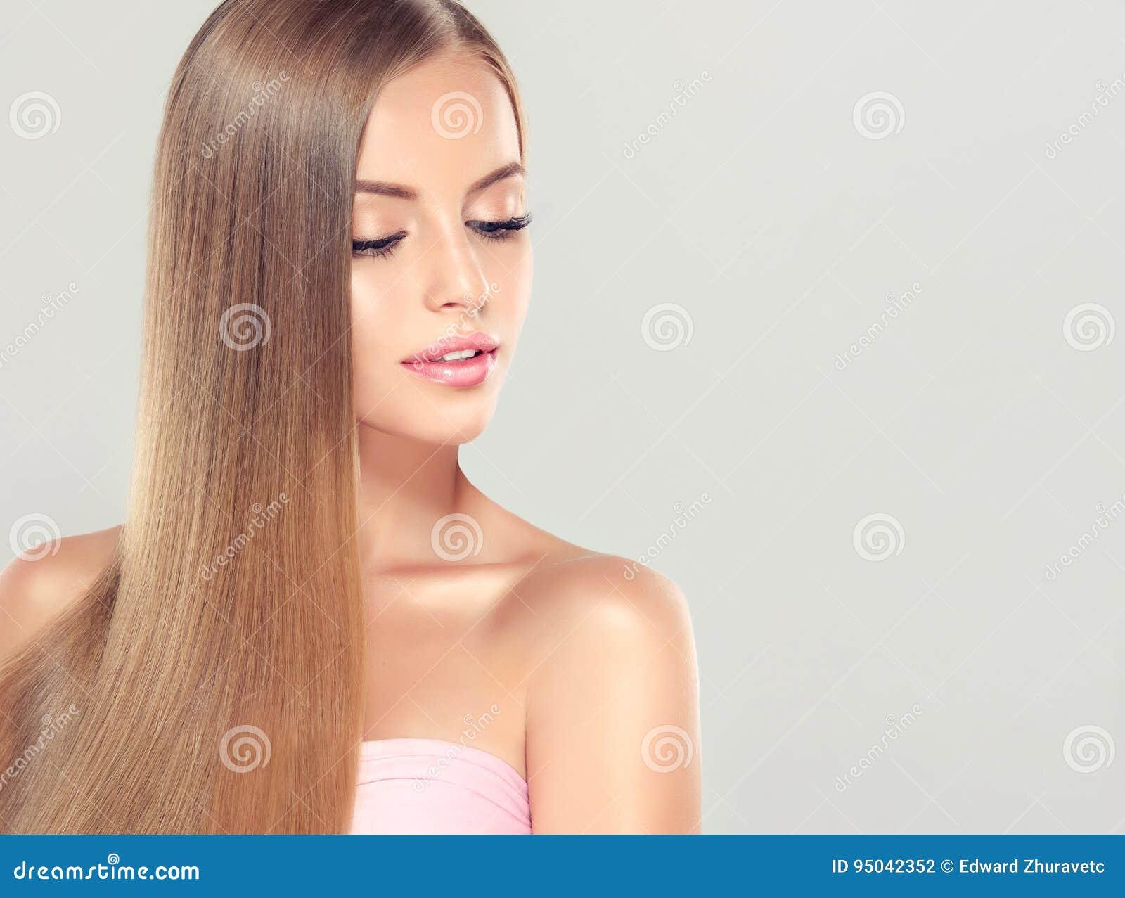 Jong aantrekkelijk meisje-model met schitterend, glanzend, lang, blond haar