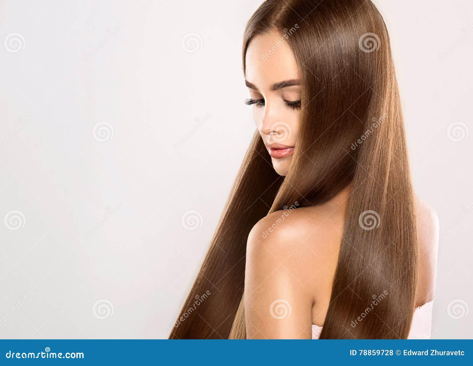 Jong aantrekkelijk model met lang, recht, bruin haar