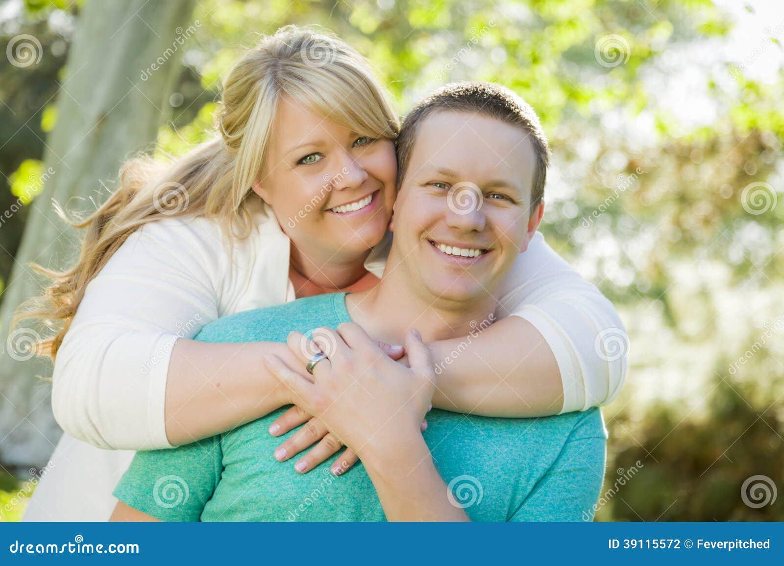 Jong Aantrekkelijk Paar die in het Park koesteren