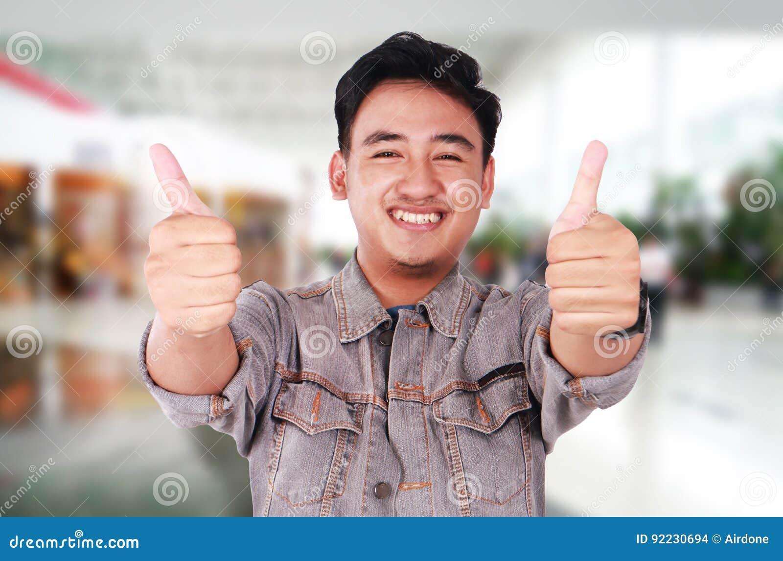 Jong Aziatisch Guy Showing Two Thumbs Up