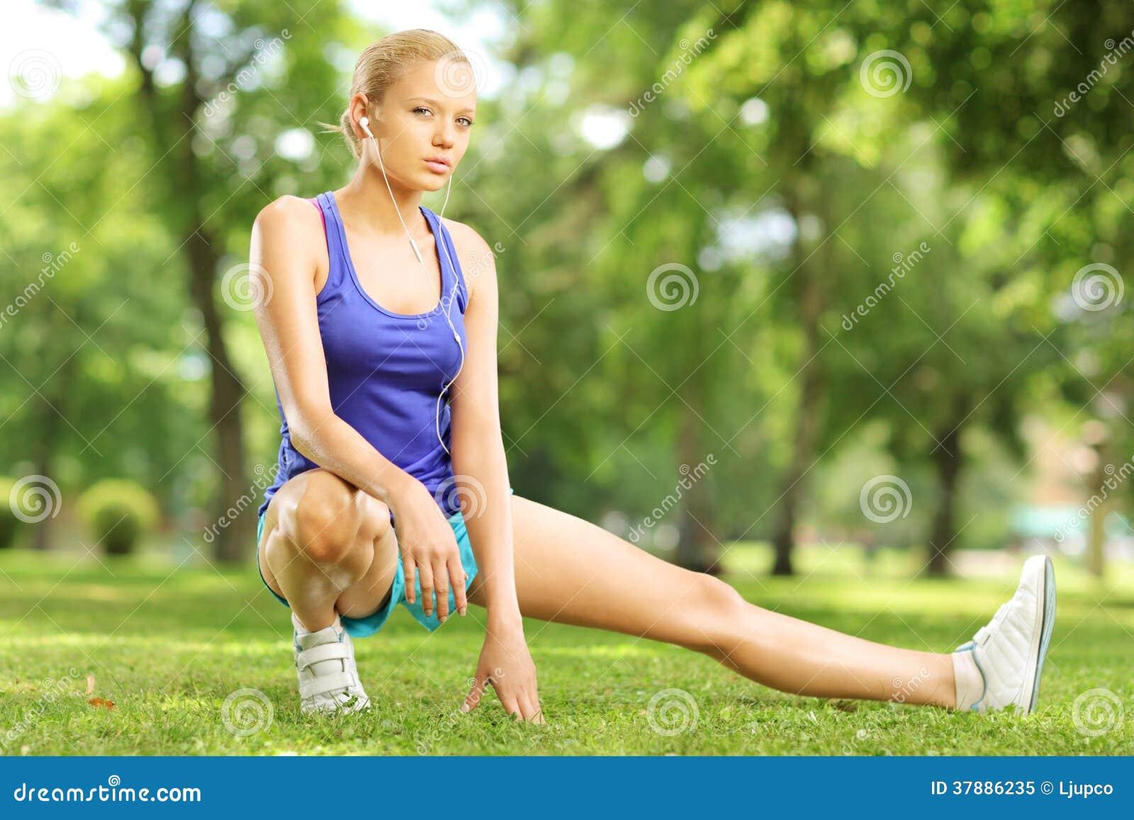 Jong blond wijfje die in een park uitoefenen