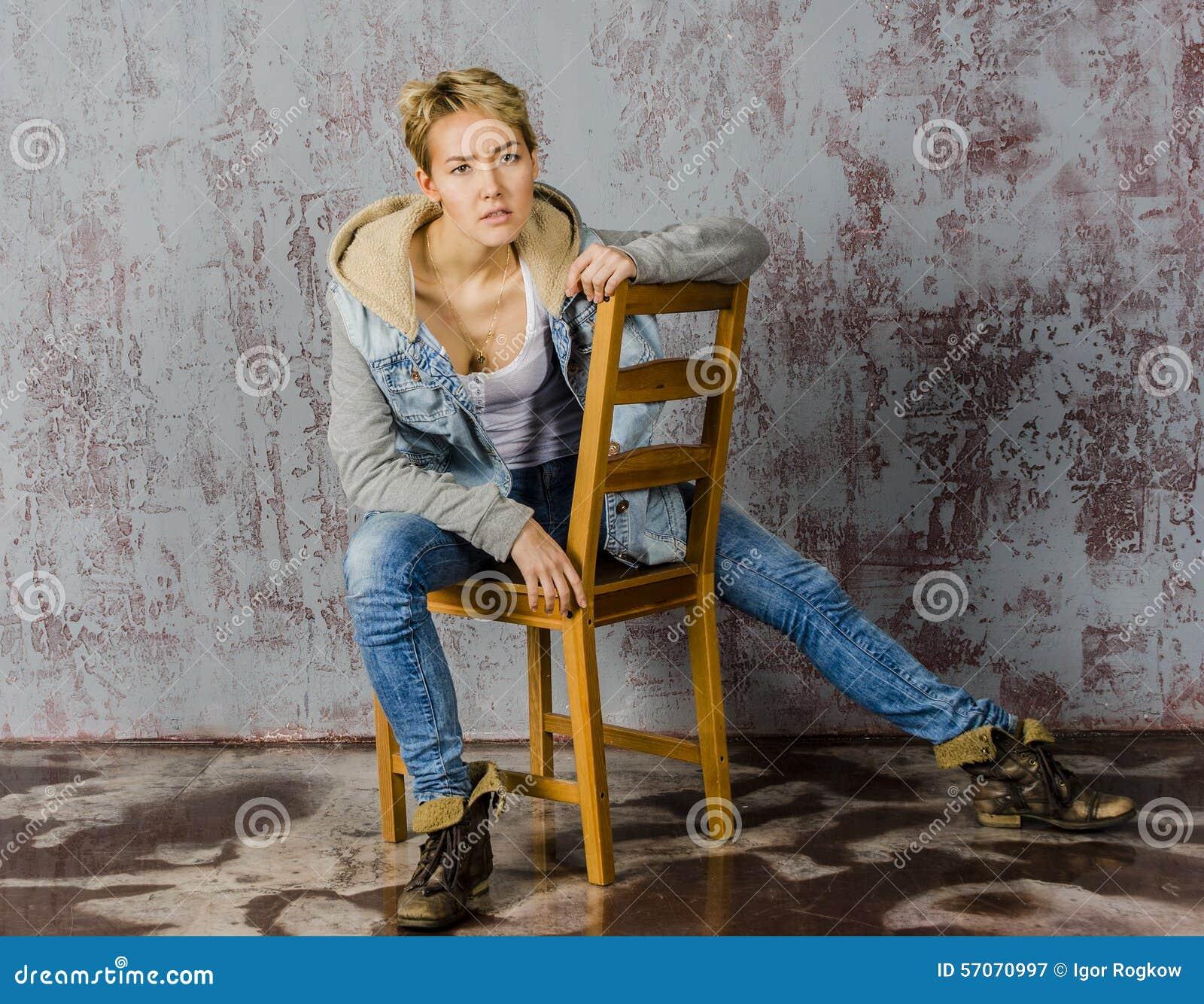 Jong blondemeisje met kort haar in een denimjasje