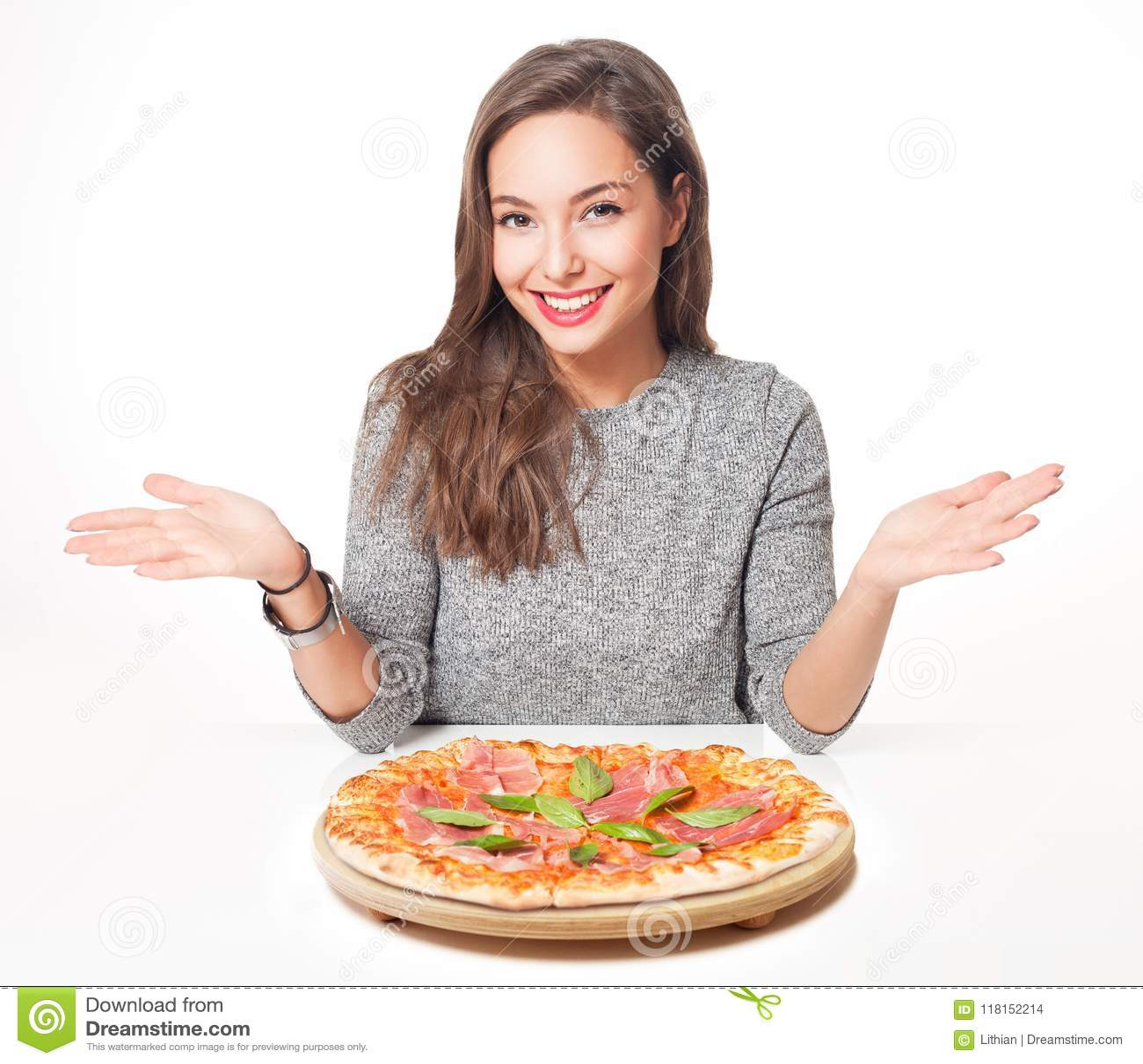 Jong brunette die Italiaans voedsel hebben