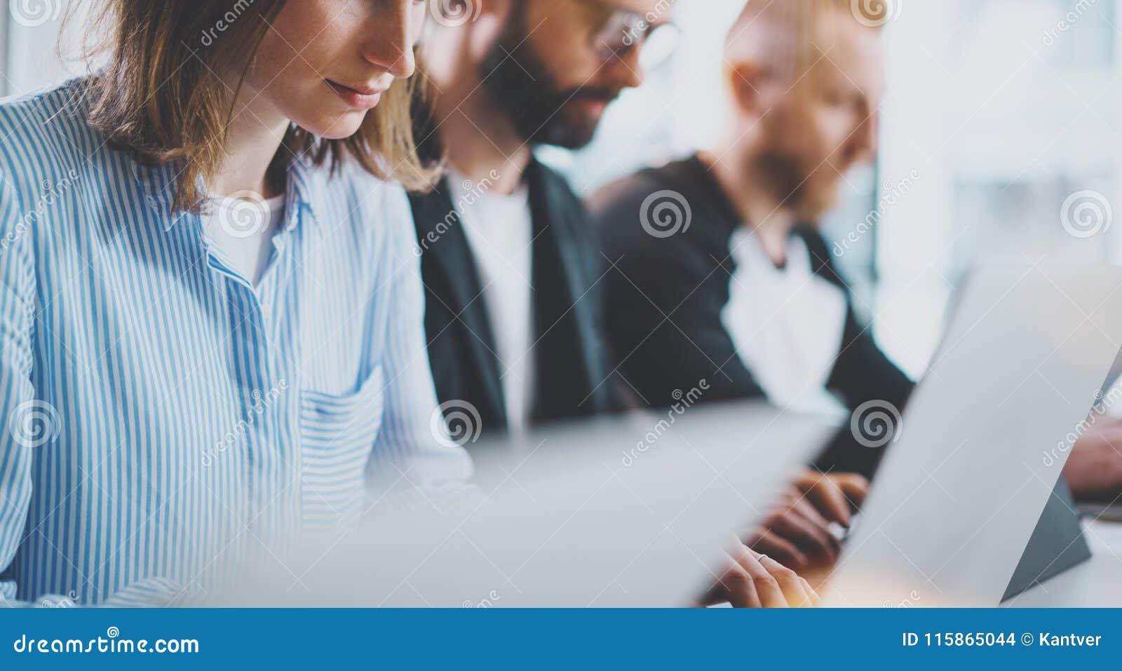 Jong commercieel team die in vergaderzaal op kantoor samenwerken Het procesconcept van de medewerkersbrainstorming