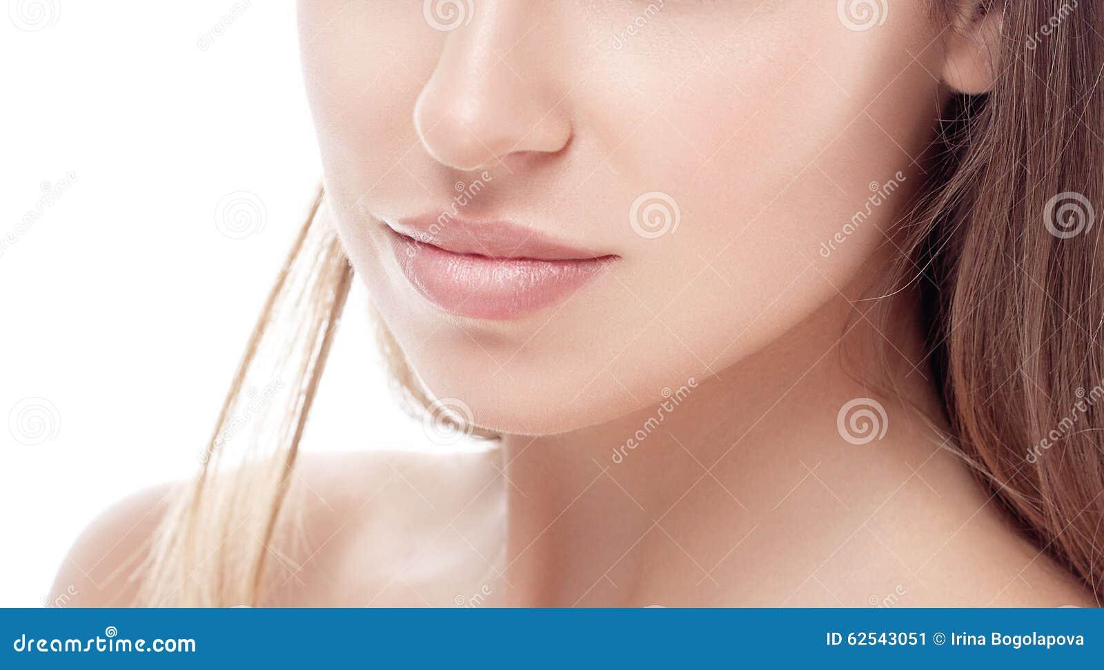 Jong de kin van de vrouwenneus en van het schoudersportret gezicht met sexy lippen