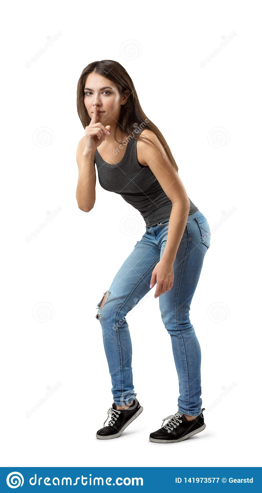 Jong donkerbruin meisje toevallige jeans dragen en t-shirt die stil die gebaar tonen op witte achtergrond wordt geïsoleerd