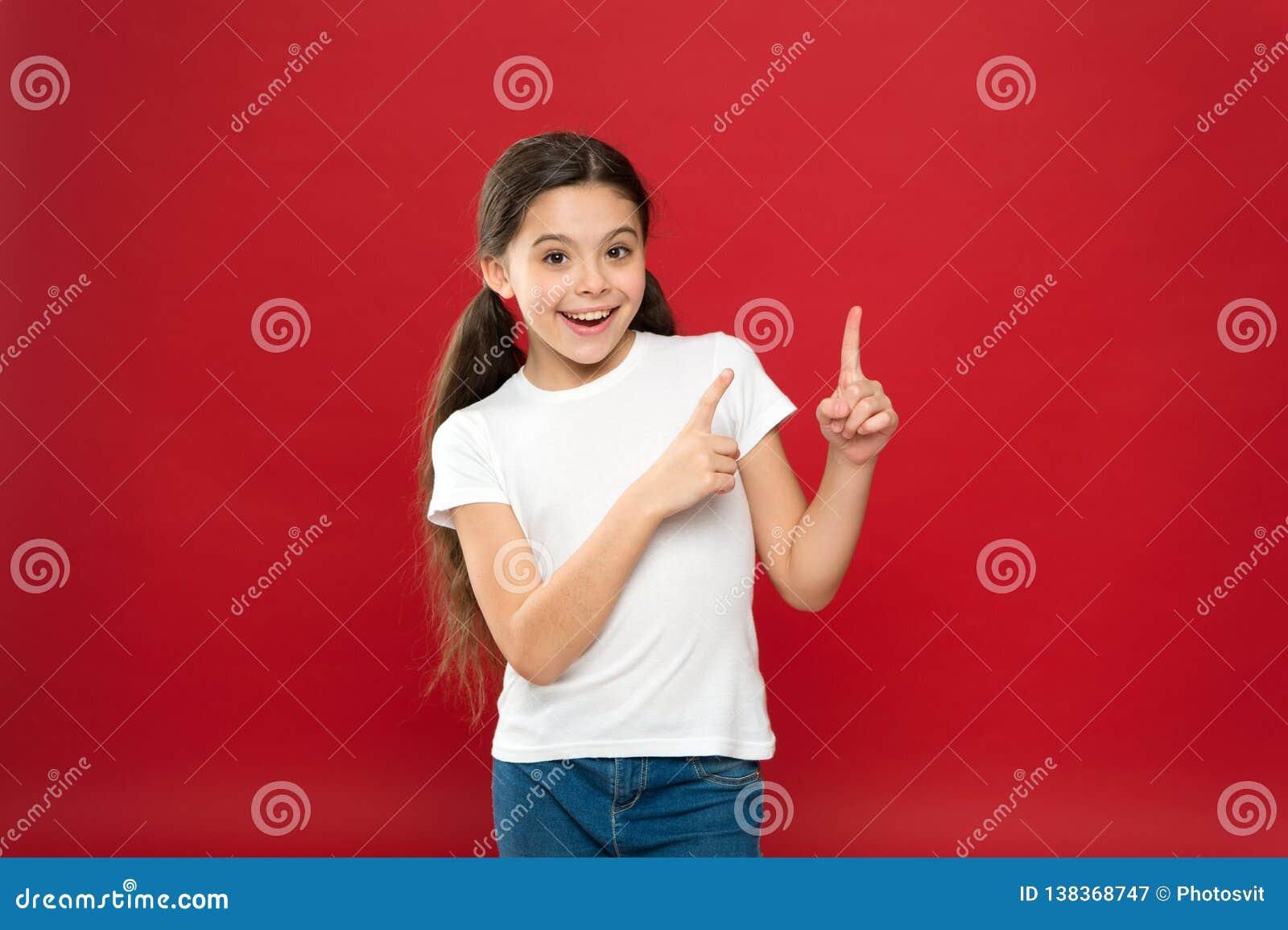 Jong en vrij Gelukkig kindmeisje met lang haar op rode achtergrond Geluk en vreugde Positieve emoties Kinderverzorging en