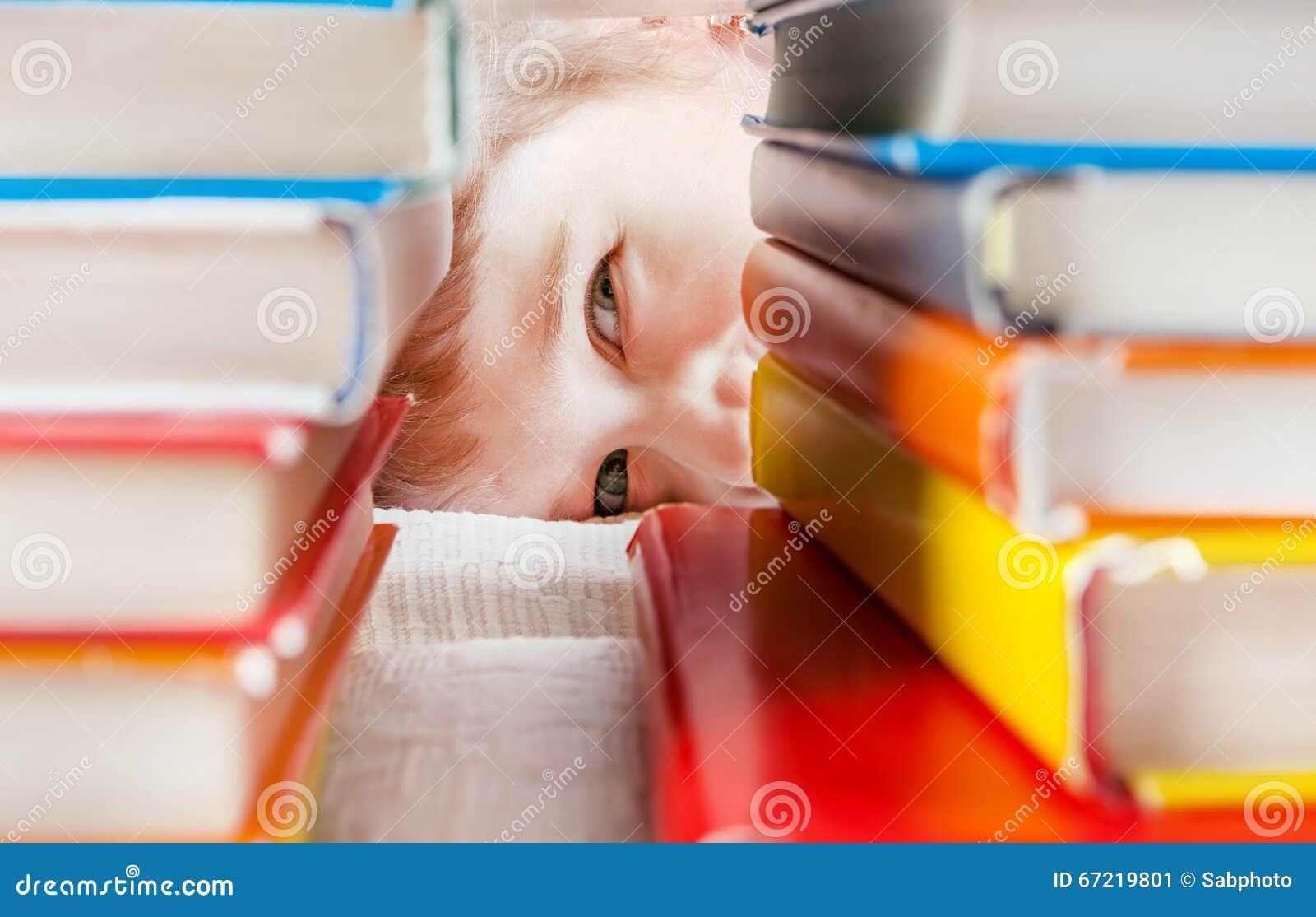 Jong geitje achter de Boeken
