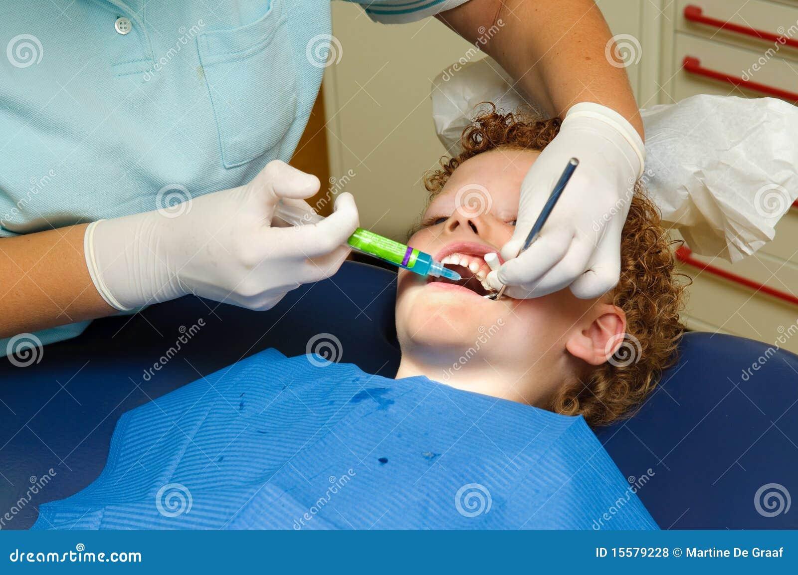 Jong geitje bij tandarts
