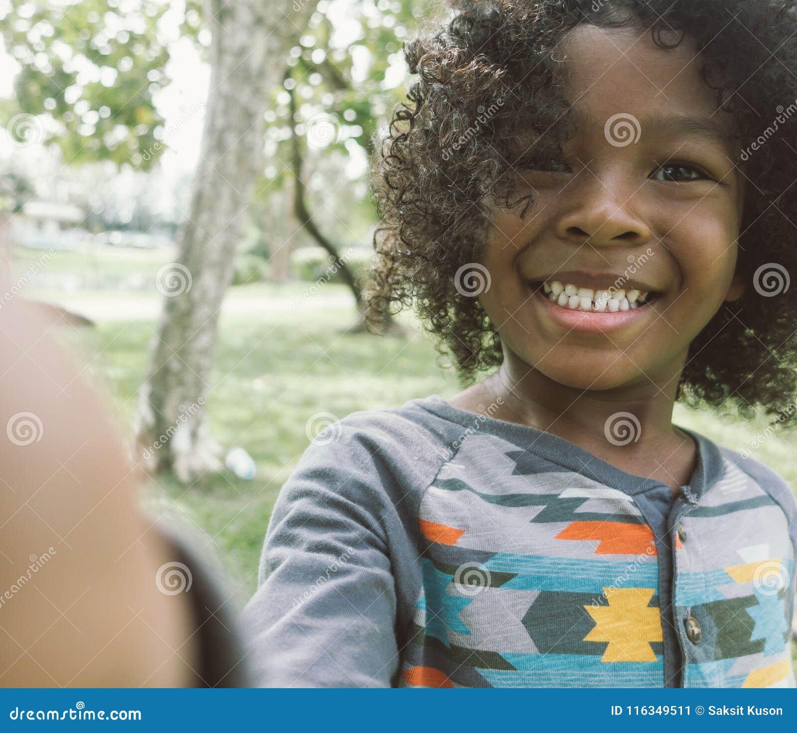 Jong geitje die selfie in park nemen