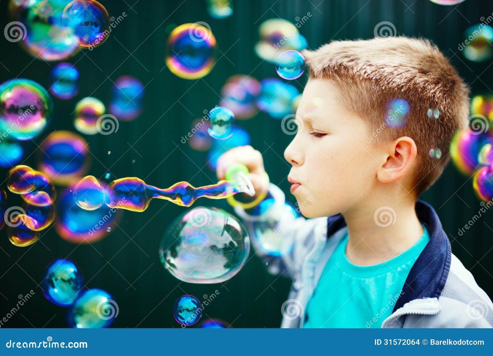 Jong geitje die zeepbels maken