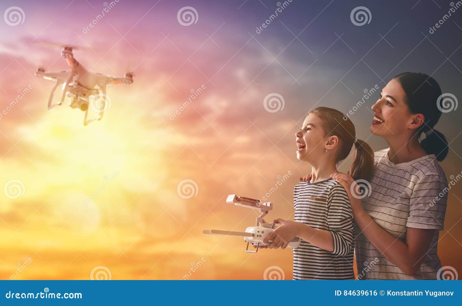 Jong geitje en mamma het spelen met hommel