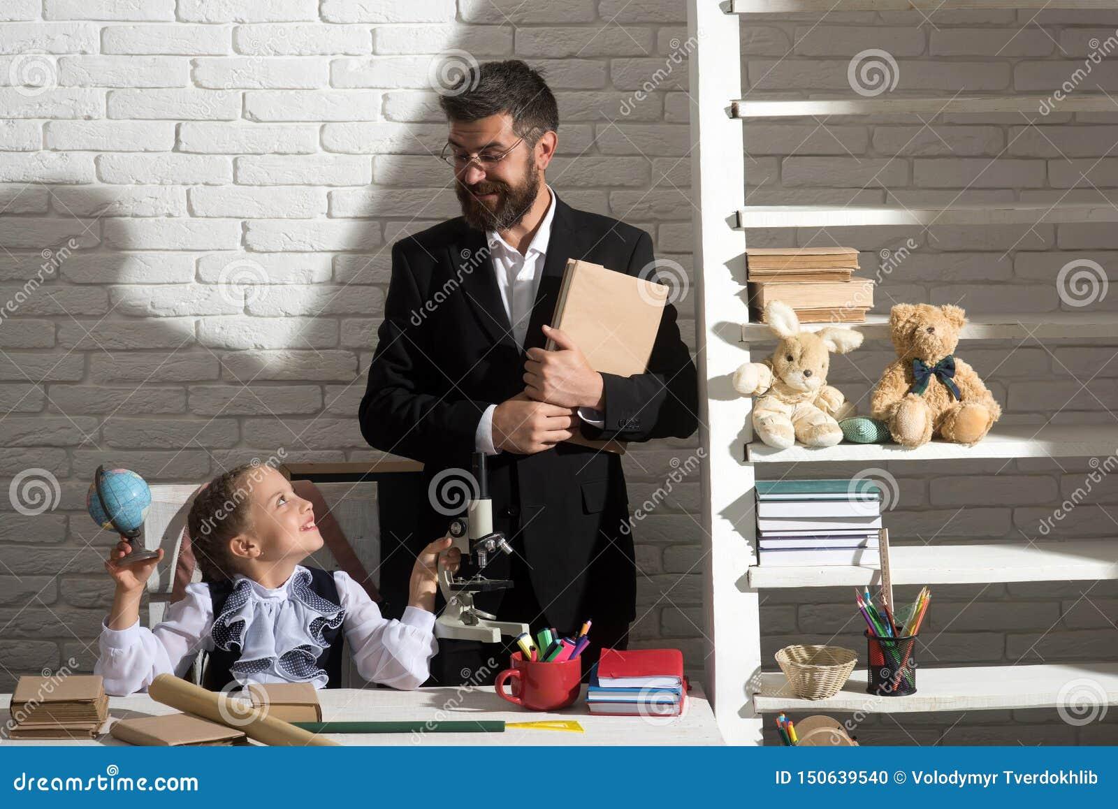 Jong geitje en mens bij bureau met schoolpunten