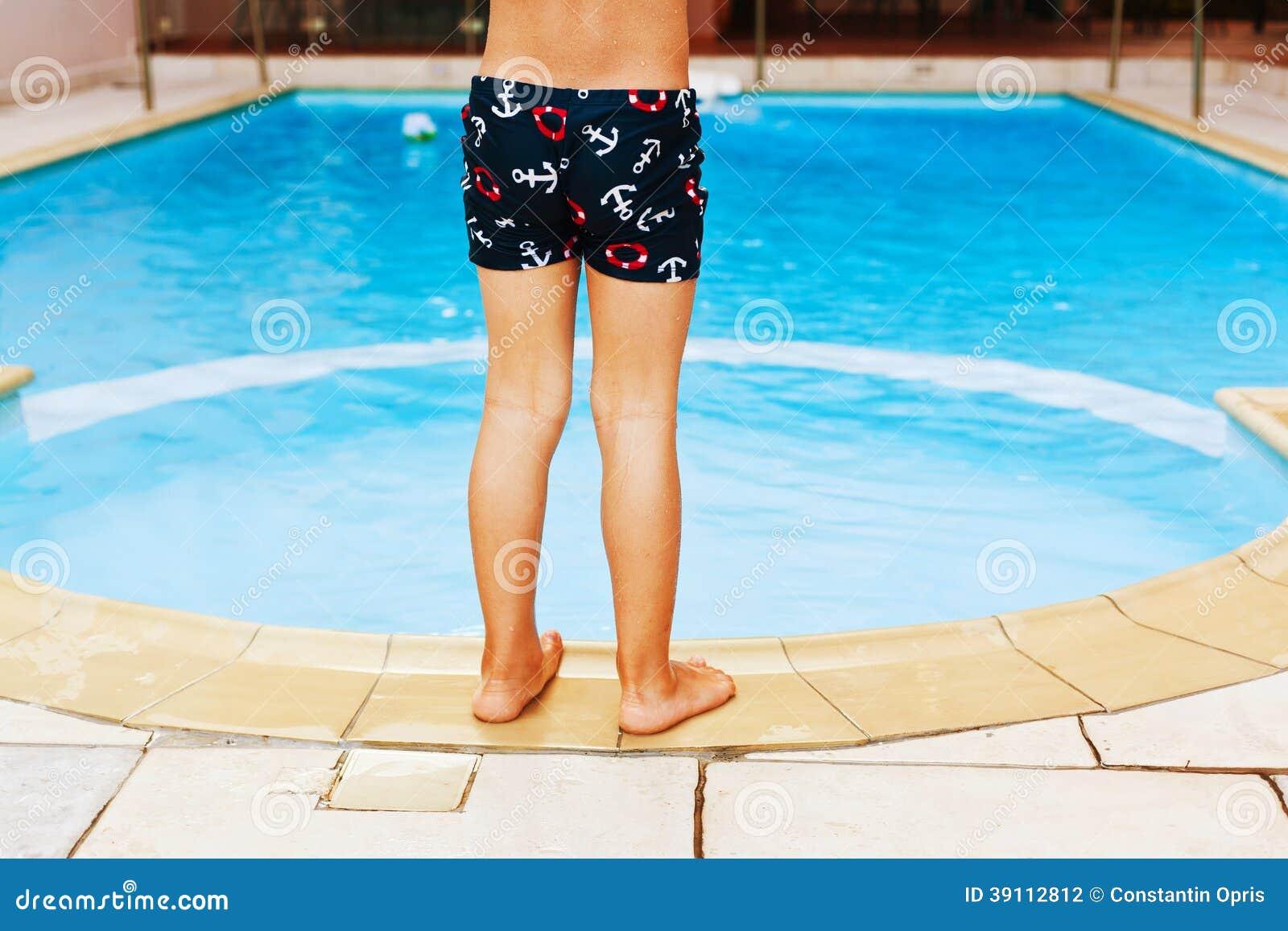 Jong geitje en zwembad