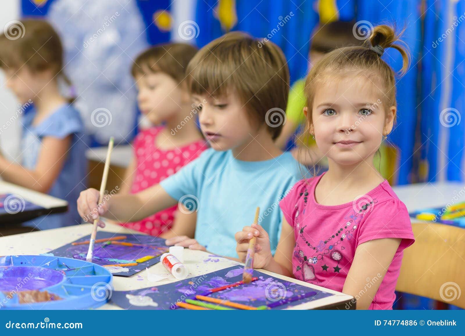 Jong geitje het Schilderen bij Kleuterschool